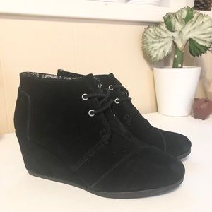 TOM'S Women's Desert Wedge Bootie - Black Suede